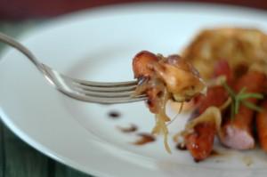Pudding z Yorkshire ze skarmelizowaną cebulką i kiełbaskami
