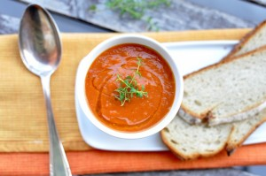 Gęsta zupa z pieczonych pomidorów z aromatycznym czosnkiem