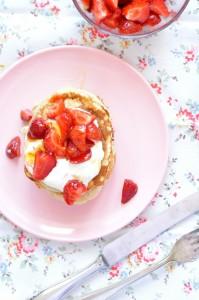 Pancakes z maślanką, truskawkami i miodowym jogurtem