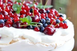 Pavlova z letnimi owocami