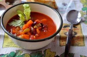 Gęsta zupa warzywna z czerwoną fasolą