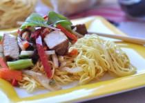 Chiński makaron z warzywami i kurczakiem
