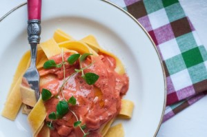 Makaron w sosie pomidorowym z serkiem kozim