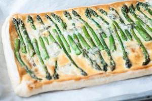 Ekspresowa tarta ze szparagami i serem pleśniowym