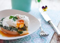 Grzanki z kremowym szpinakiem, serem pleśniowym i jajkiem