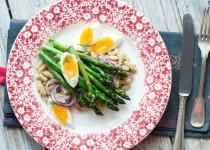 Sałatka ze szparagów, fasolki i jajka