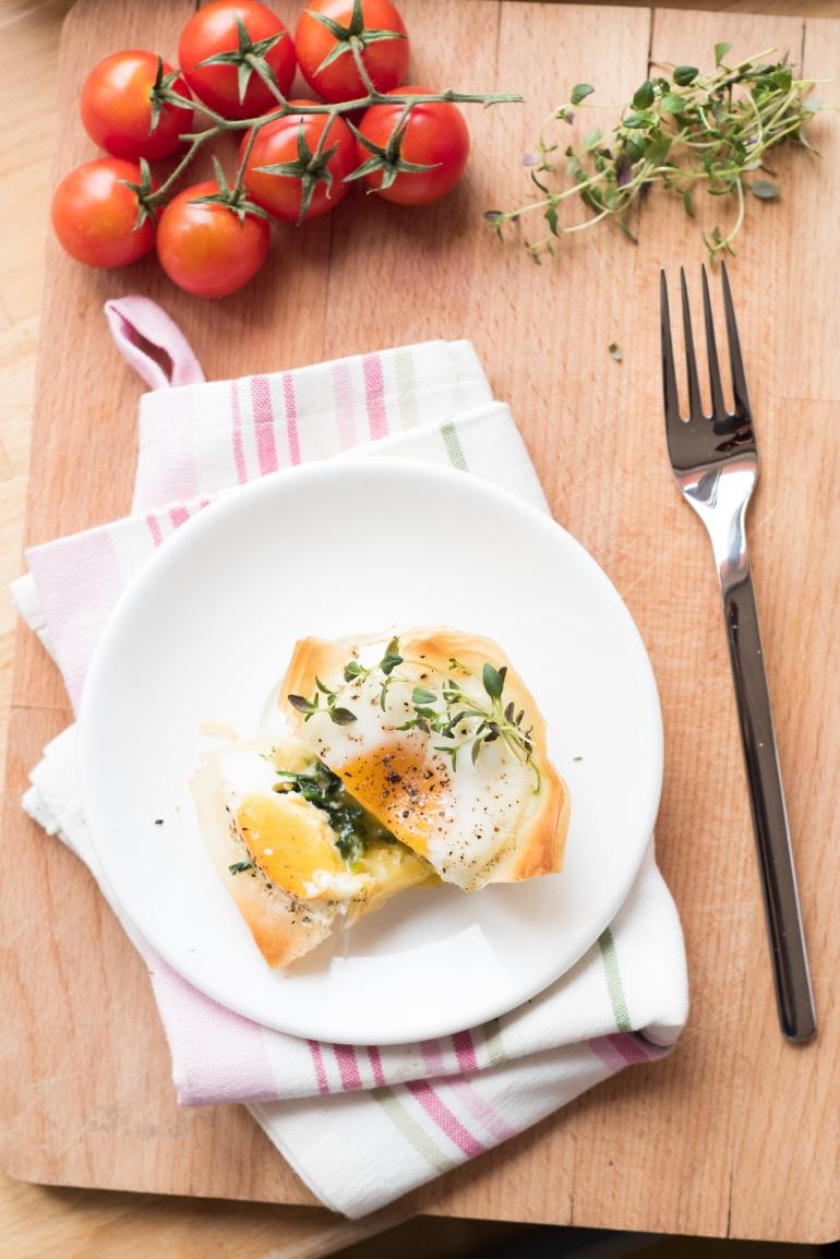 jajka ze szpiankiem i ciastem filo (6)