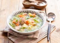 Wiosenna zupa z młodej kapusty z łososiem