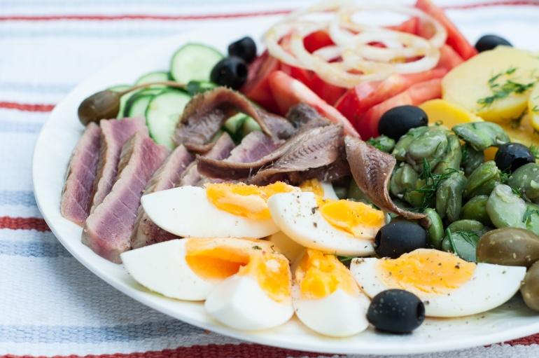 Sałatka nicejska z tuńczykiem i bobem (5)