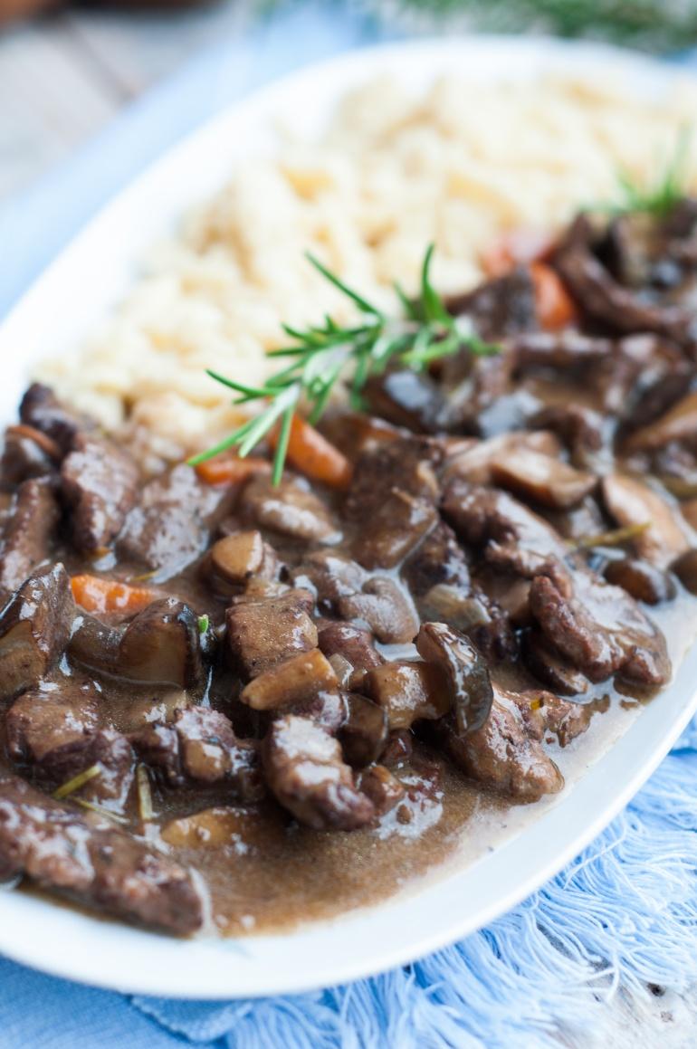 gulasz wołowo-grzybowy z lanymi kluseczkami (2)