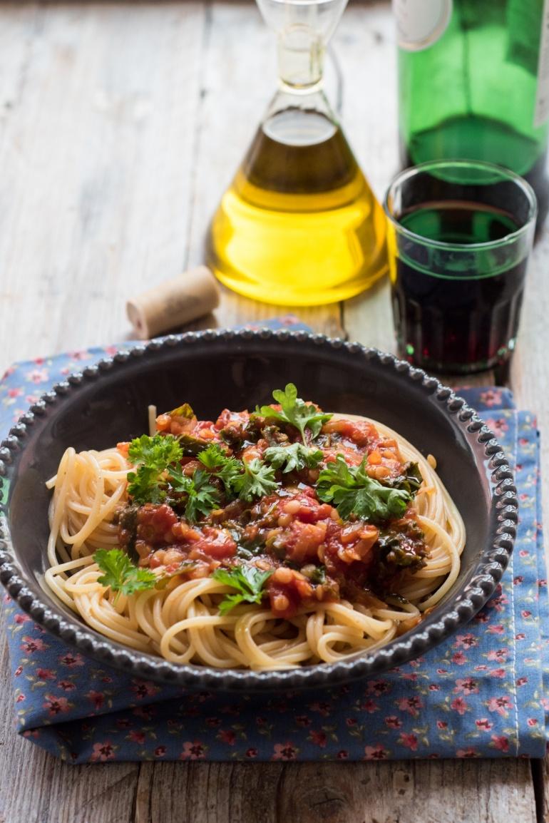 sos pomidorowy z soczewicą i jarmużem (2)