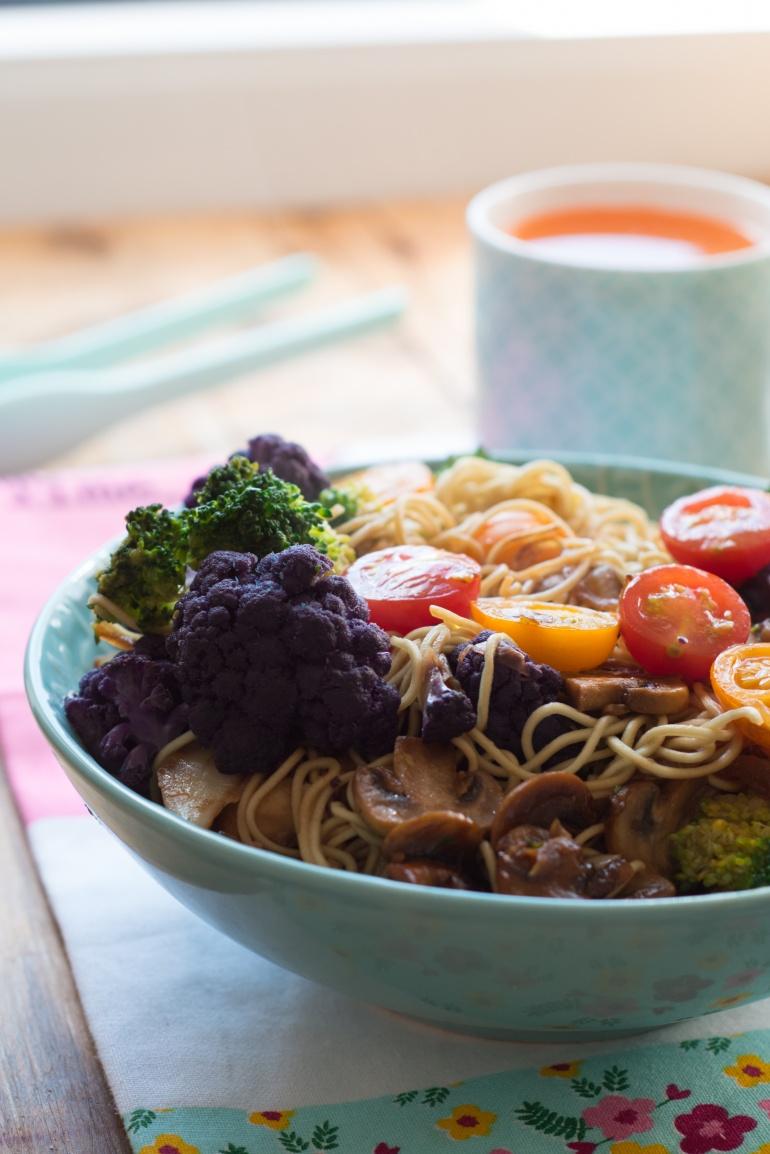 kolorowy makaron z warzywami (1)