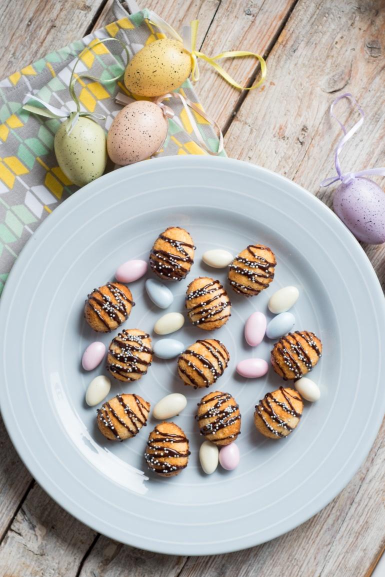 wielkanocne kokosanki ciasteczka na talerzu