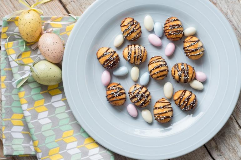 wielkanocne kokosanki na talerzu