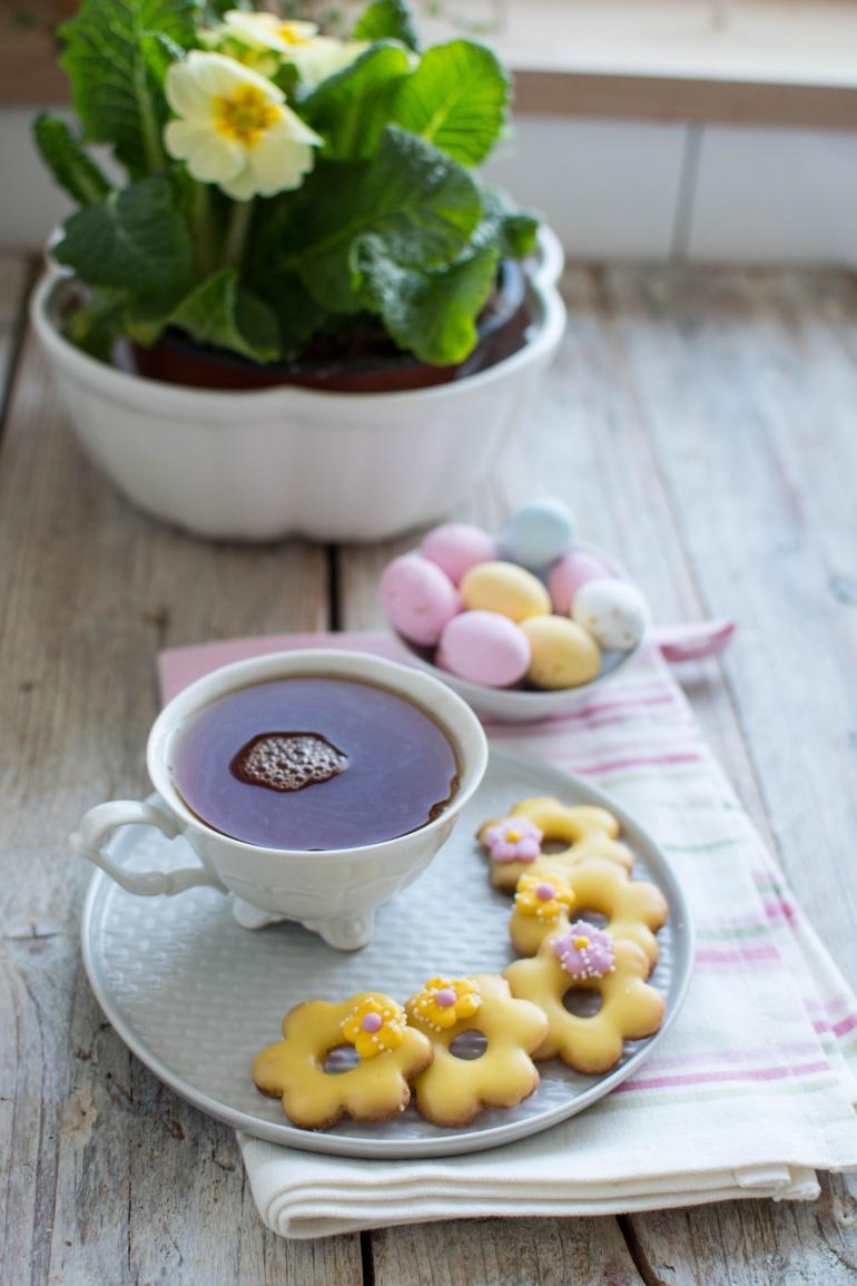 wielknocne ciasteczka kwaitki z herbatą