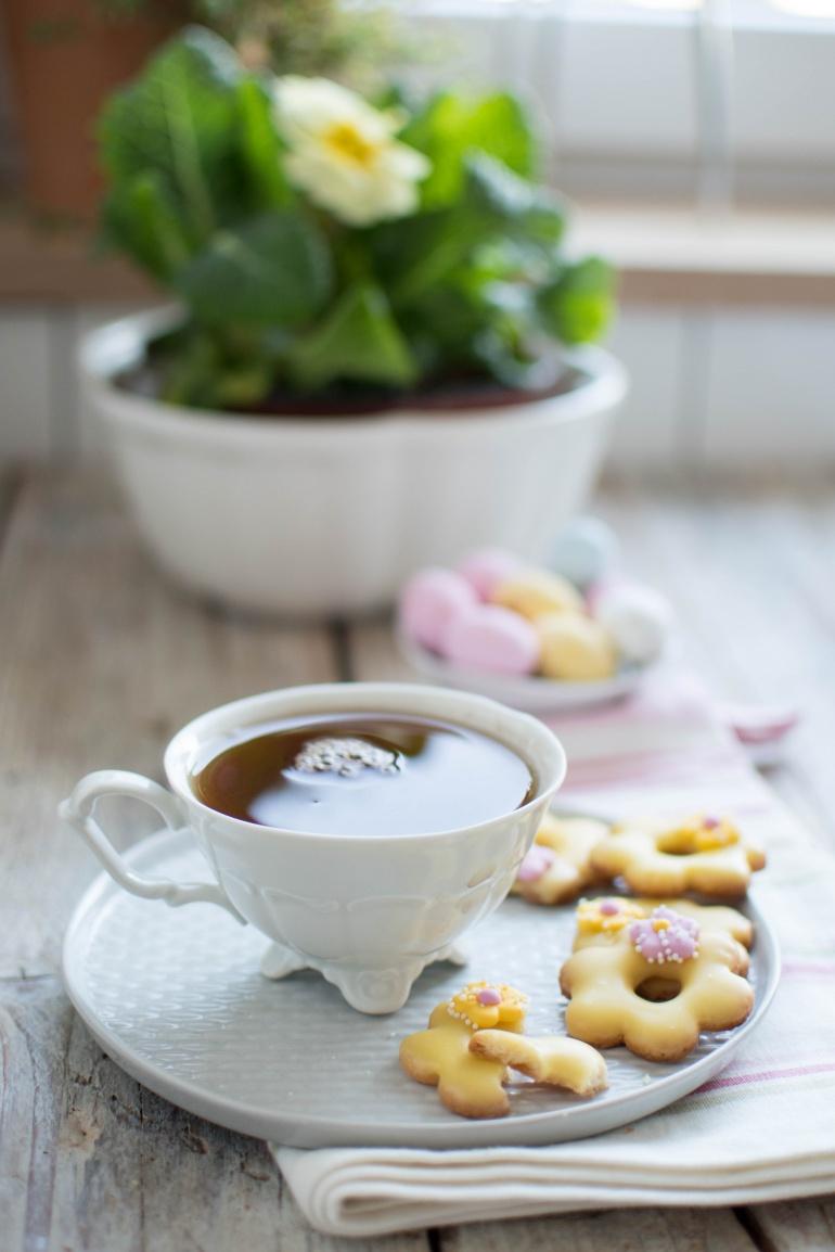 herbata w filiżance i ciasteczka