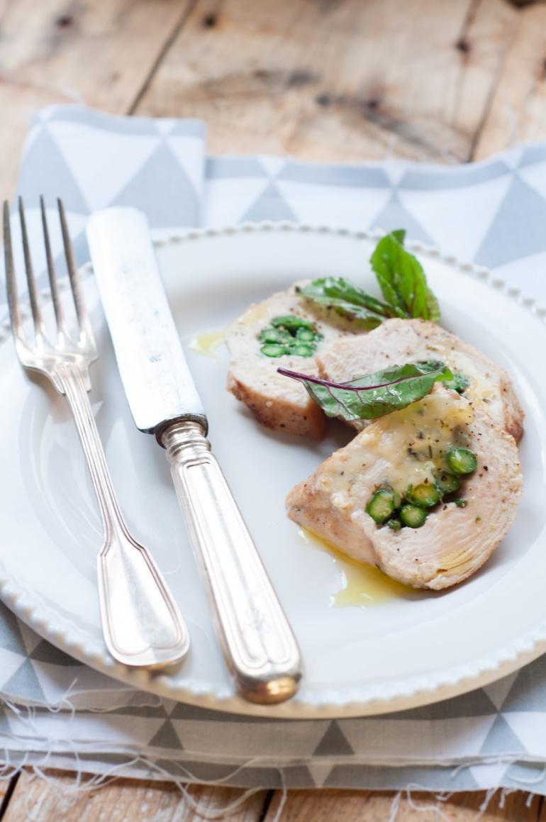pierś kurczaka faszerowana serem i zielonymi szparagami