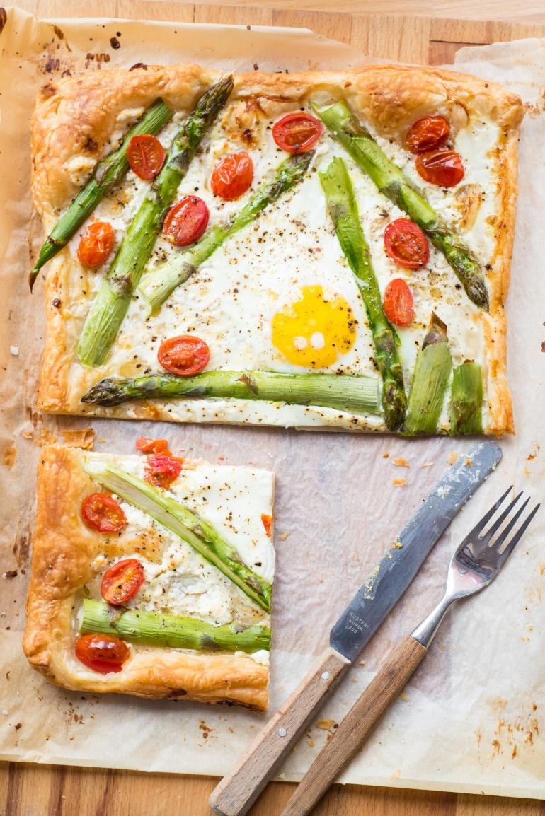 Tarta ze szparagami, pomidorami i jajkiem