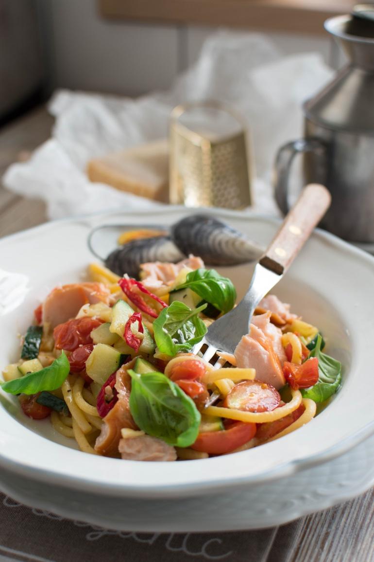 makaron spaghetti z wędzonym łososiem