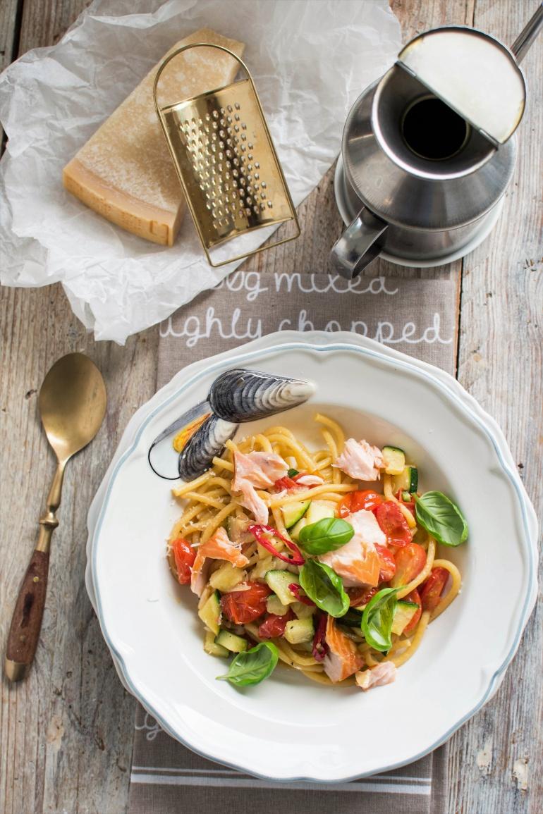 szybki makaron z wędzonym łososiem i warzywami