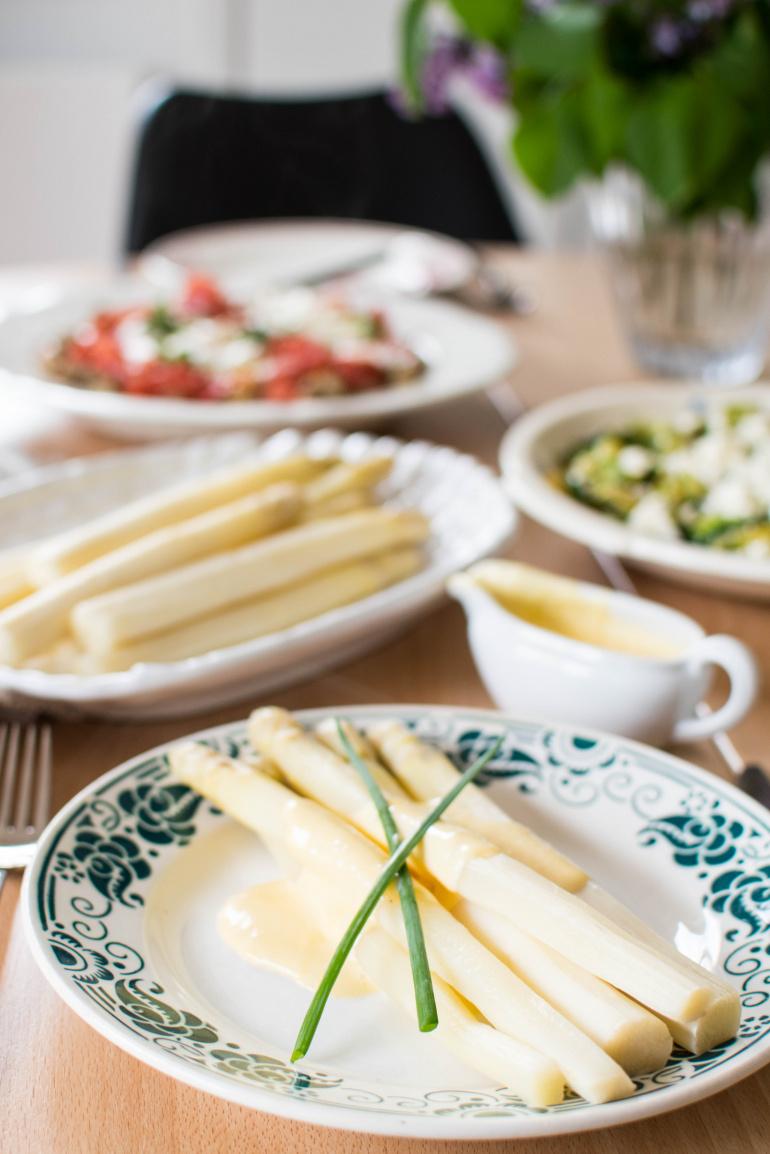 białe szparagi na talerzu z sosem holenderskim