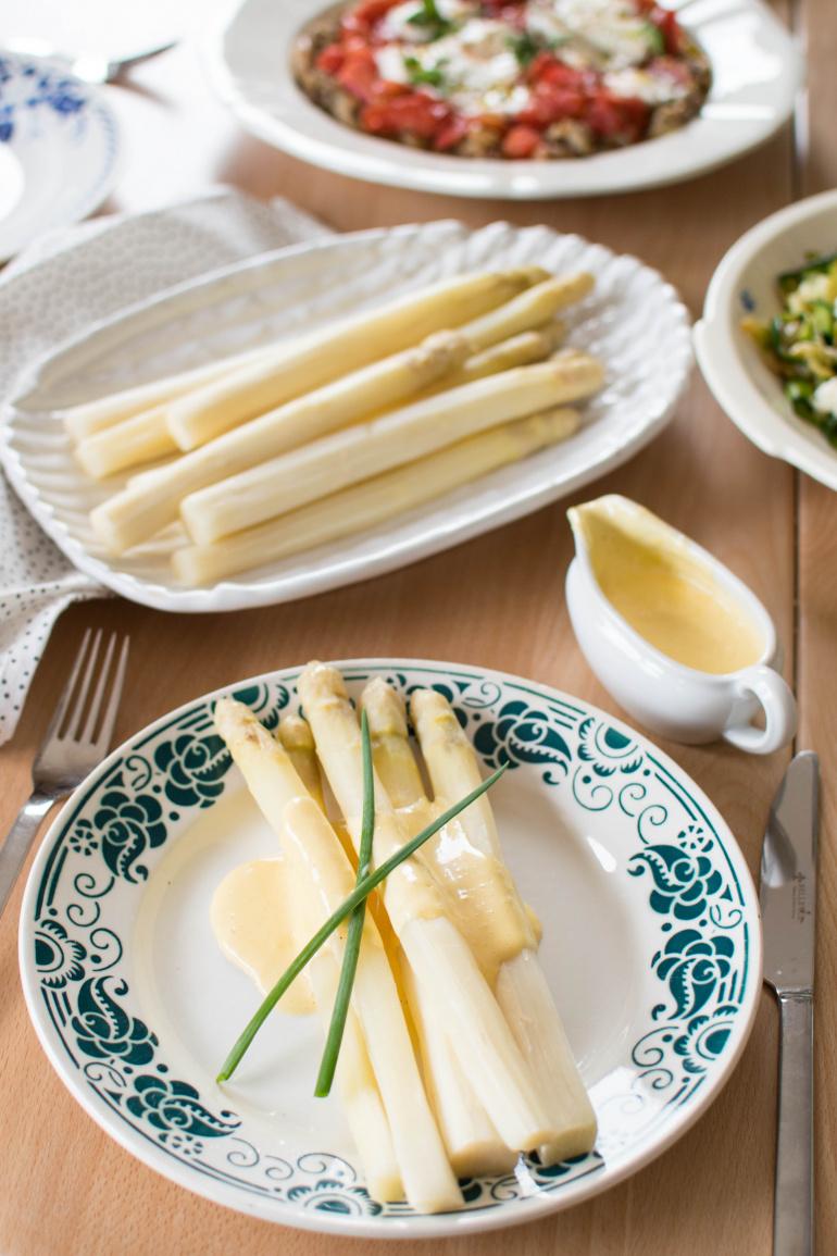 białe szparag z sosem holenderkim