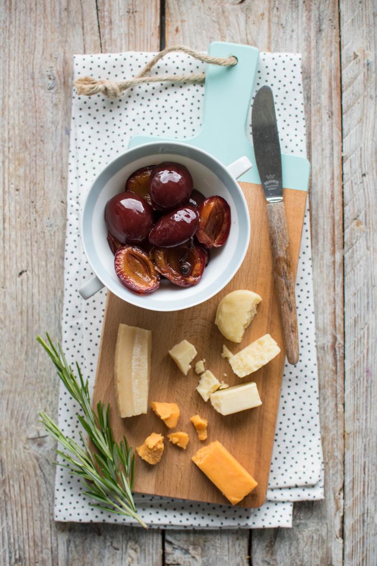 śliwki w occie i deska serów