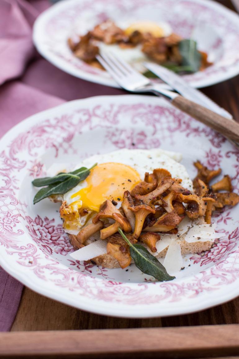 grzanki z grzybami i jajkiem