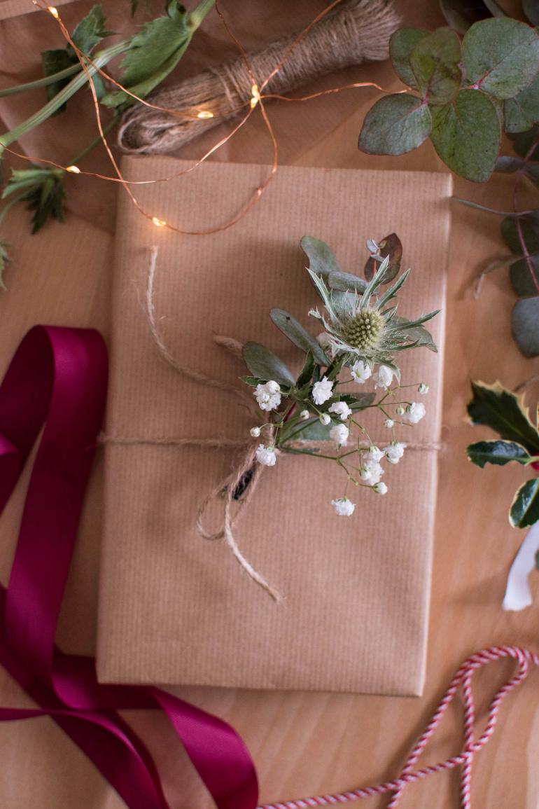 prezent świąteczny w szarym papierze