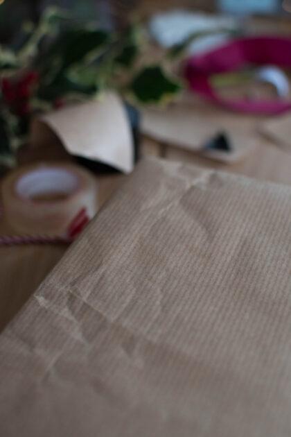 pakowanie prezentów w szary papier