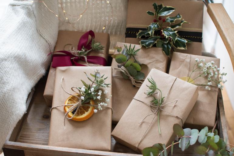 prezenty zapakowany w szary papier z naturalnymi dodatkami