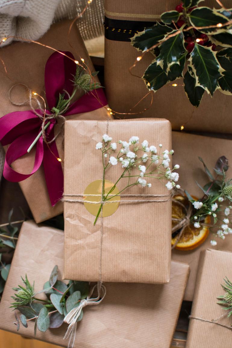 pakowanie prezentów w szary papier plus gipsówka