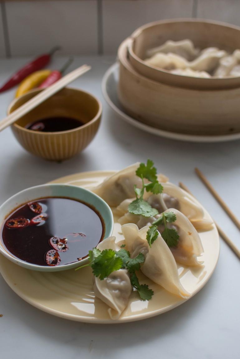 azjatyckie pierożki gyoza z sosem sojowym