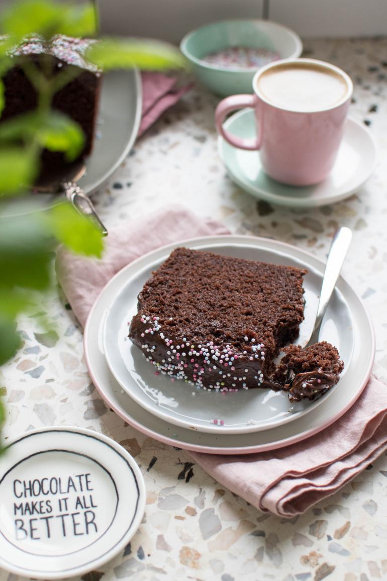 Porcja ciasta czekoladowego z kremem