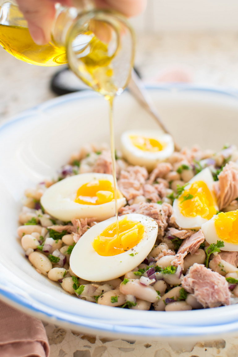 Sałatka z fasoli i tuńczyka z jajkiem