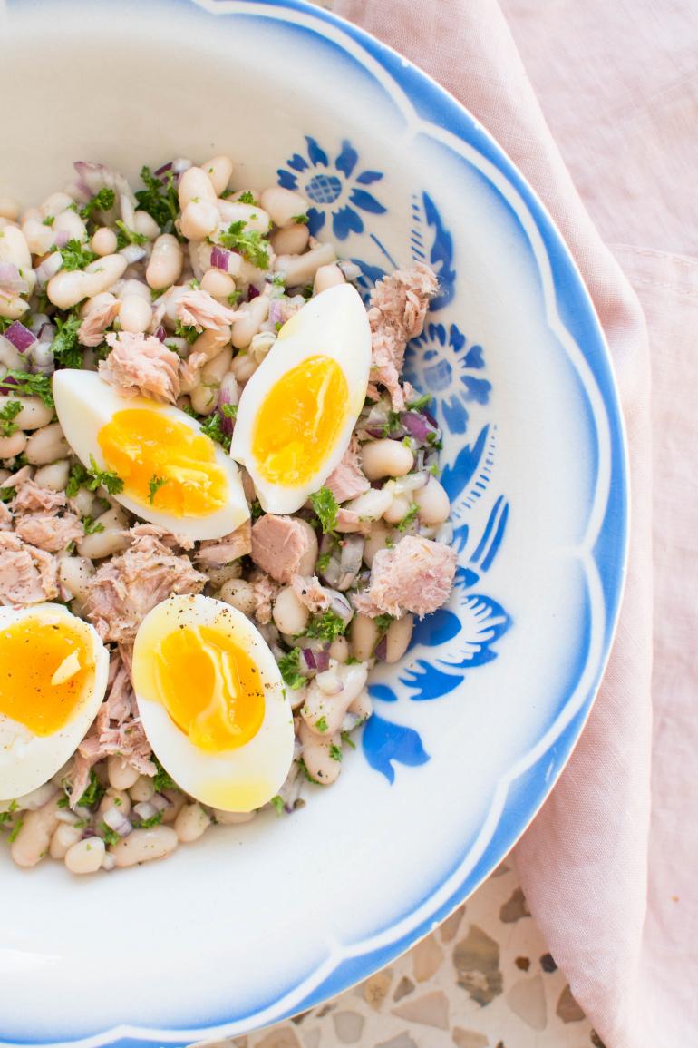 ałatka z fasoli, tuńczyka i jajka