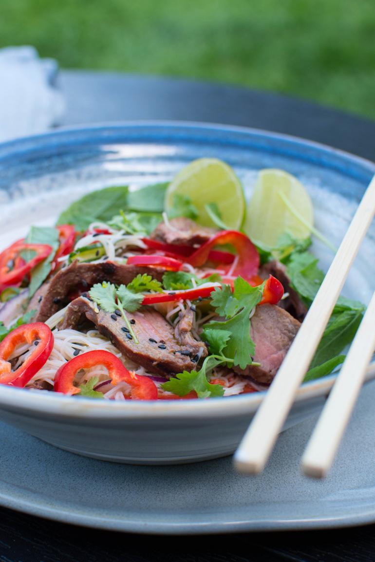 Wietnamska sałatka ze stekami weber